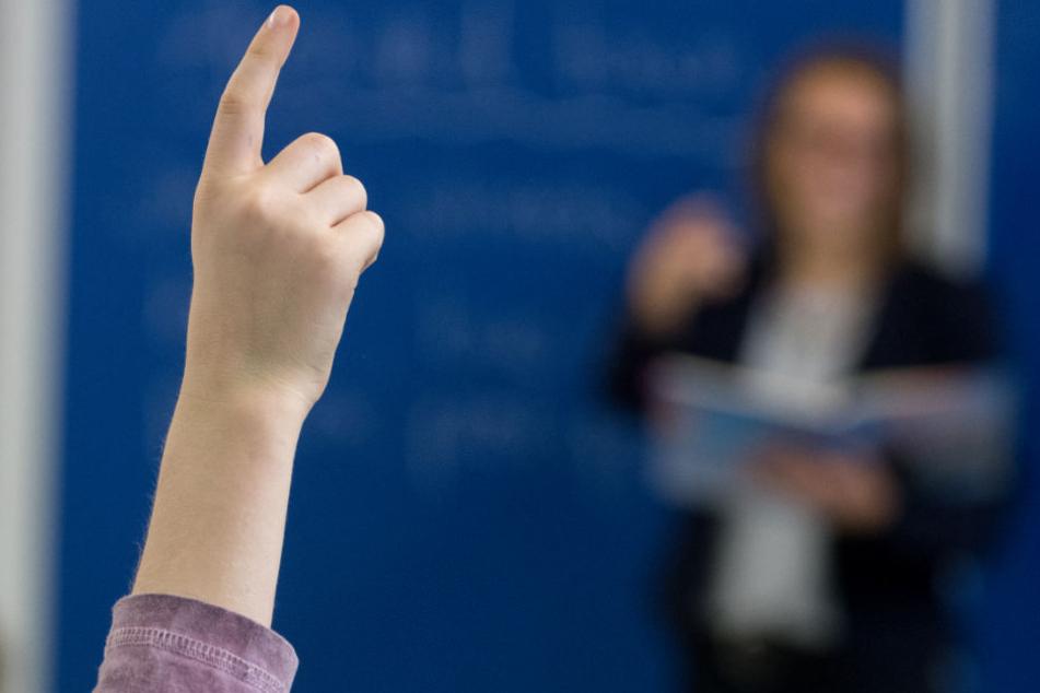 Mit den Sommerferien In Hamburg enden 590 Verträge für Lehrer.