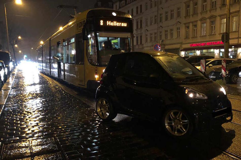 Auf der Königsbrücker Straße krachten ein Auto und ein Krad zusammen.
