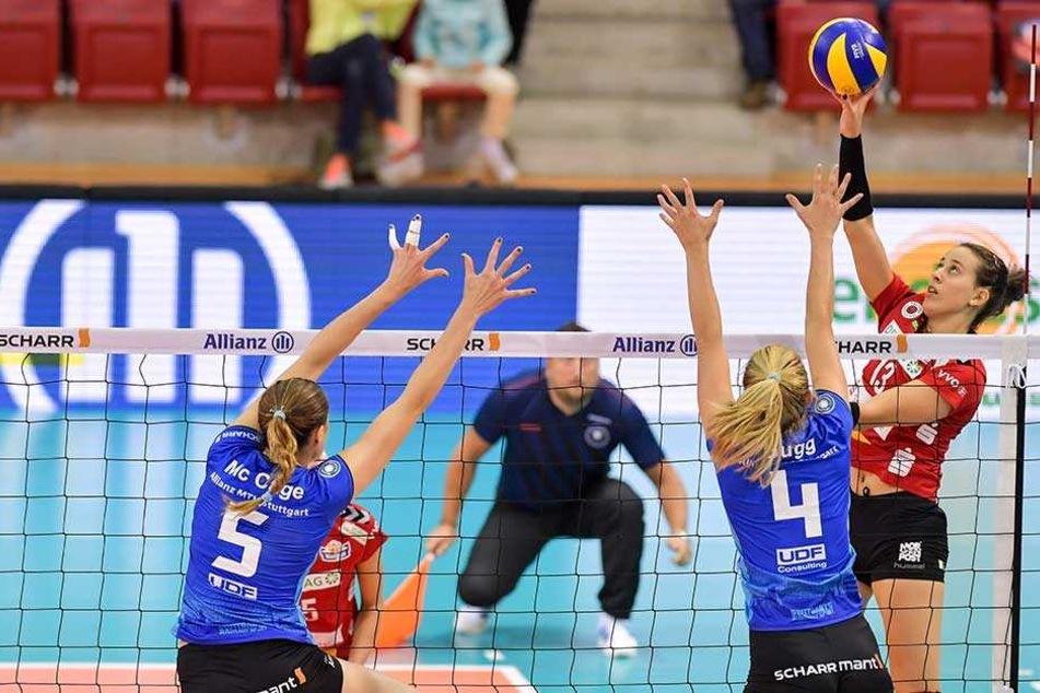 DSC-Ass Maria Segura (r.) versucht den Ball am Stuttgarter Block vorbeizulegen. Im Pokal hatte sie damit wenig Erfolg.