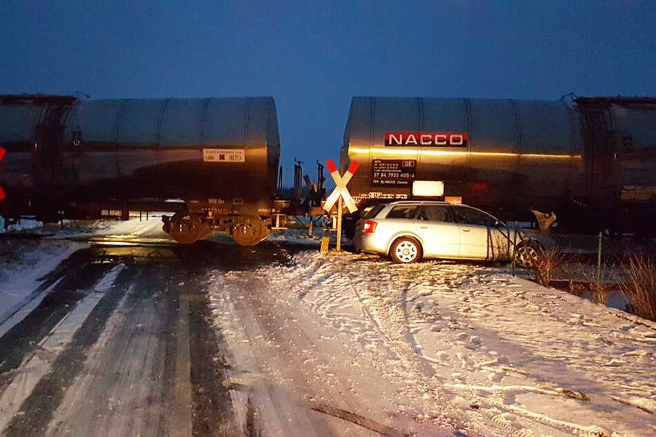 Der Audifahrer konnte den Zusammenprall mit dem Güterzug nicht mehr vermeiden.