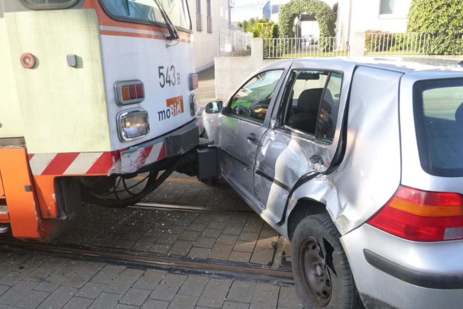 Beim Umkehren rammte das Fahrzeug die Bahn.