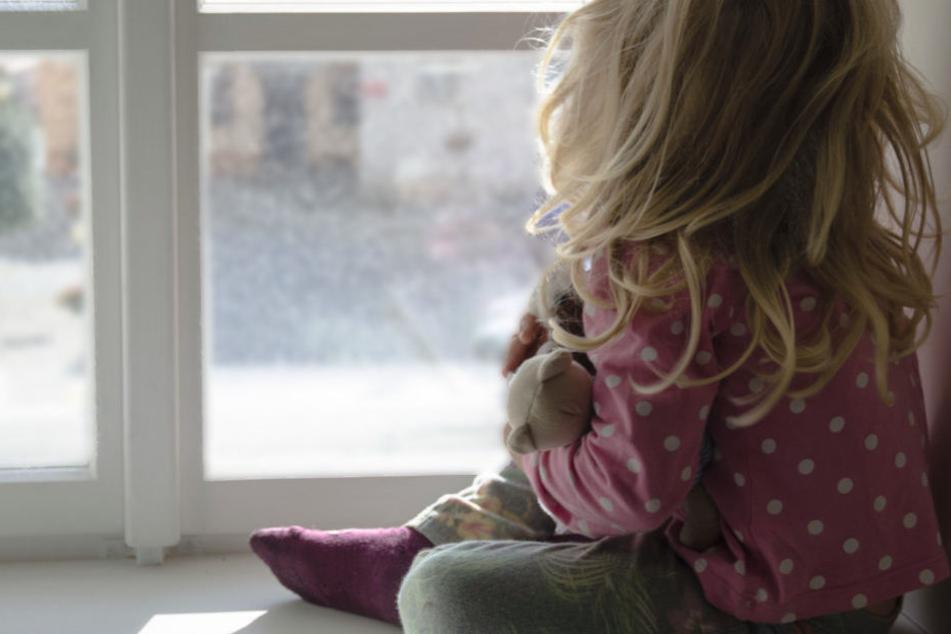 Ein Mädchen hatte bei einem Sturz aus einem Fenster großes Glück. (Symbolbild)