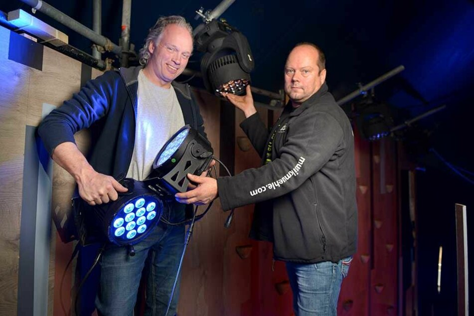 André Sarrasani (46,l.) und Mario Dalibor (51) montieren die geliehenen Lichteffekte.