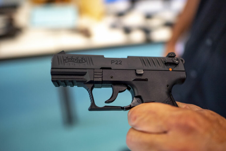 Bis zu 150 Pistolen aus Waffenfabrik geschmuggelt, Mitarbeiter nutzte Trick!