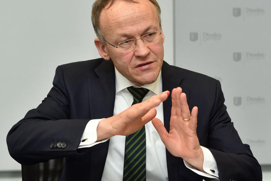Sportbürgermeister Peter Lames (55, SPD) will zukünftig weniger Kunststoff-Füllungen verwenden.