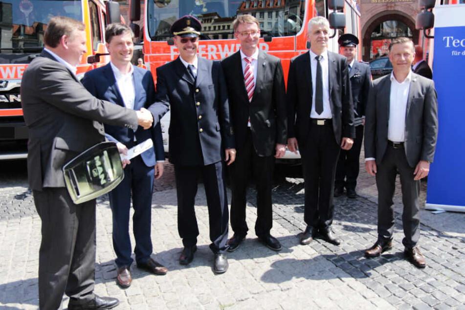 """""""Investitionen in unsere Feuerwehr sind Investitionen in unserer Sicherheit"""", so Sachsens Innenminister Roland Wöller (2.v.r.)"""