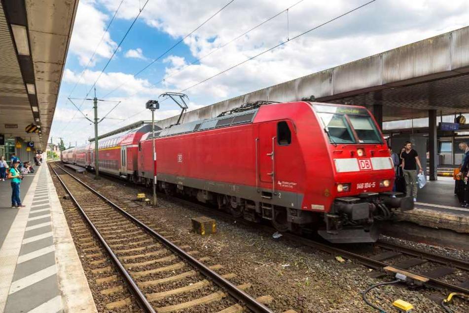 Viele Züge mussten mehrere Stunden warten, bis sie weiterfahren konnten. (Symbolbild)