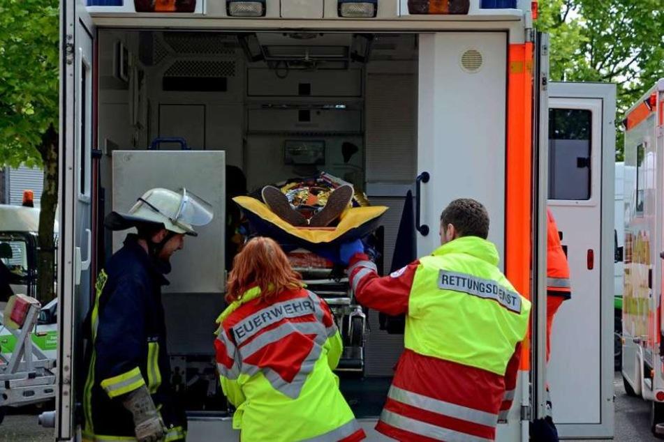 Die Rettungskräfte brachten den Mann ins Krankenhaus. Dort bemerkte er, dass sein Handy fehlte. (Symbolbild)