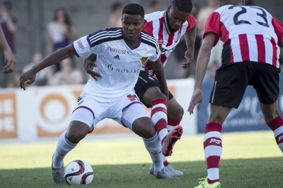Manuel Akanji (22, l.) ist ebenfalls eine interessante Personalie. Doch selbst Borussia Dortmund stieg bei der hohen Ablöseforderung des FC Basel aus.