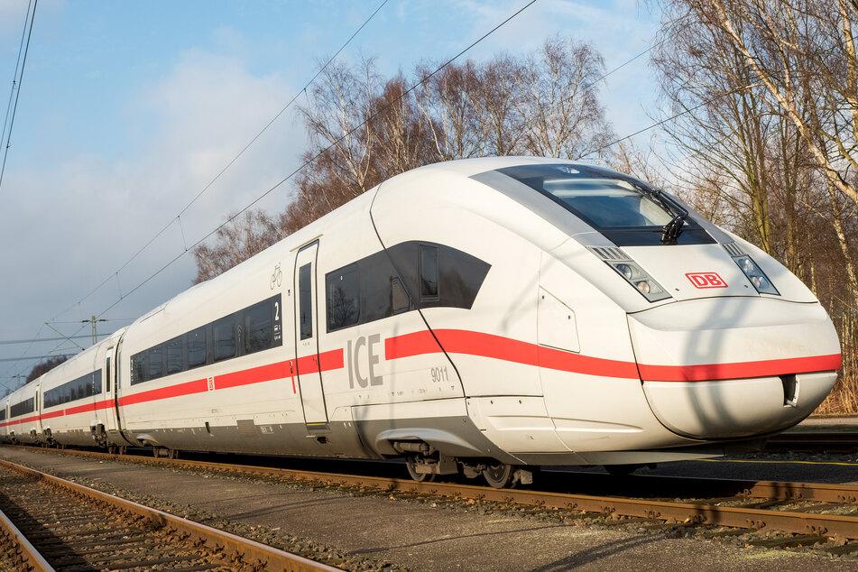 Laut Angaben der Ermittler soll der noch unbekannte Mann gegen 9.30 Uhr von einem ICE in Richtung Frankfurt am Main erfasst und getötet worden sein.