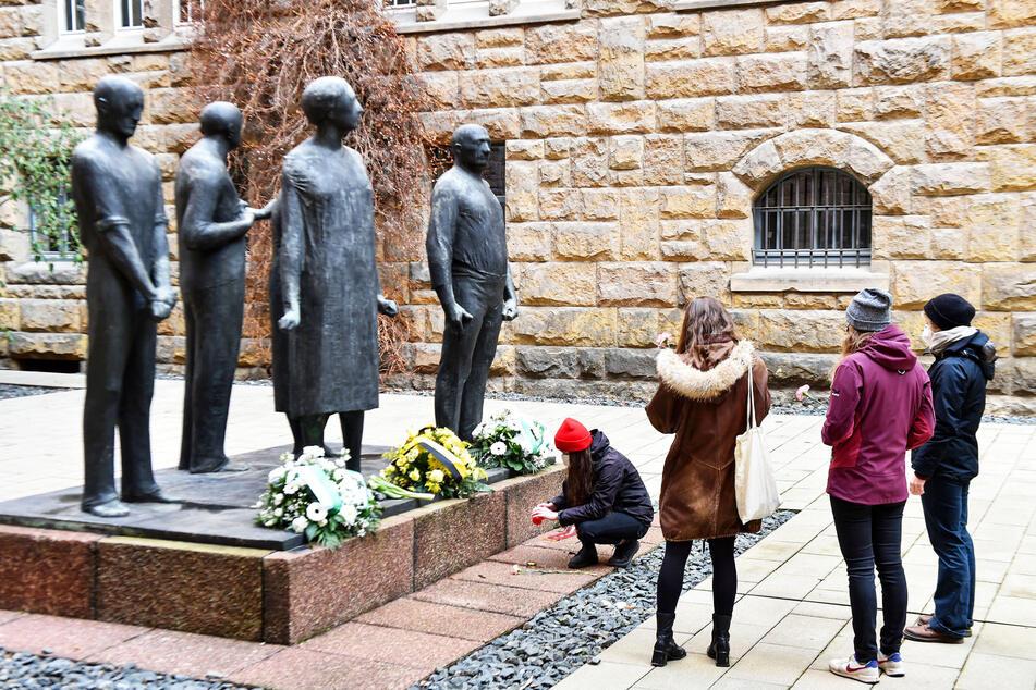Im Hof der Gedenkstätte Münchner Platz wurden Blumen niedergelegt.