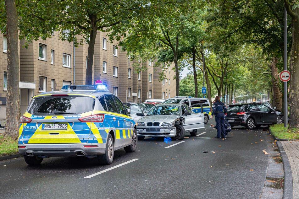 Die Hintergründe der Schlägerei sind laut Polizeiangaben noch völlig unklar. Ermittler prüfen derzeit, ob Familienstreitigkeiten der Grund für den Angriff sein könnten.