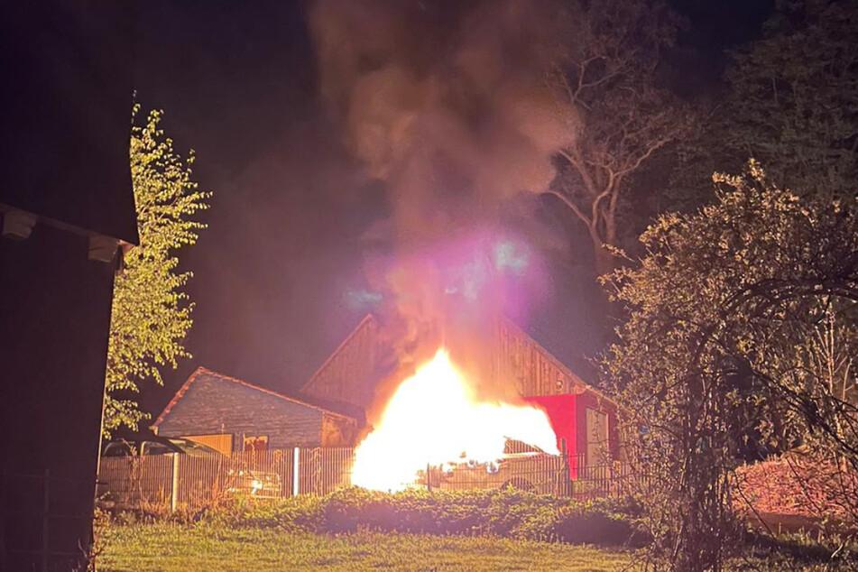 Das Auto stand bereits komplett in Flammen, als die Feuerwehr eintraf.