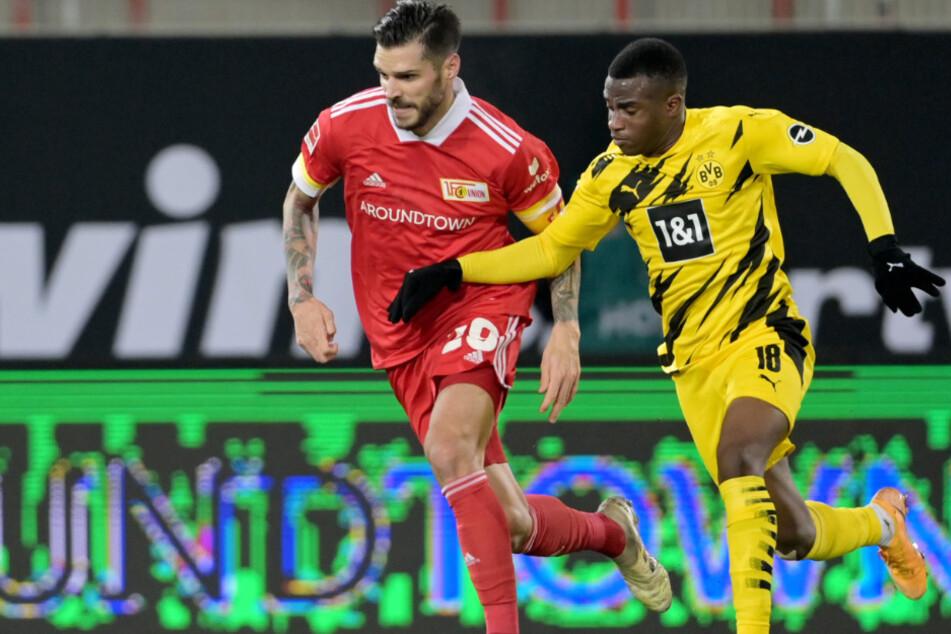 Unions Christopher Trimmel (33) im Laufduell mit Dortmunds Youssoufa Moukoko (16).