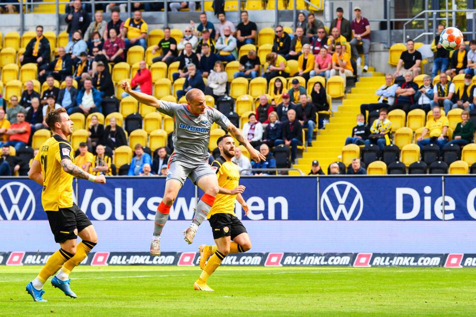 Der frühe Schock: Sven Michel (M.) köpft den SC Paderborn mit 1:0 in Führung.