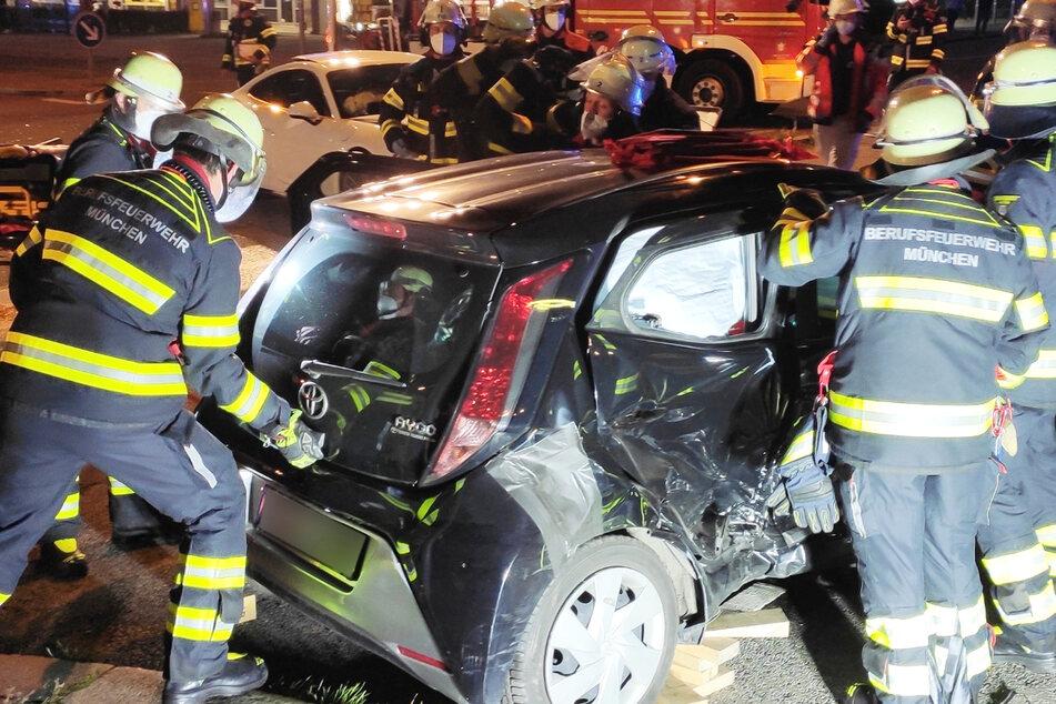 München: Schlimmer Unfall in München: Feuerwehr muss Frau aus ihrem Auto schneiden