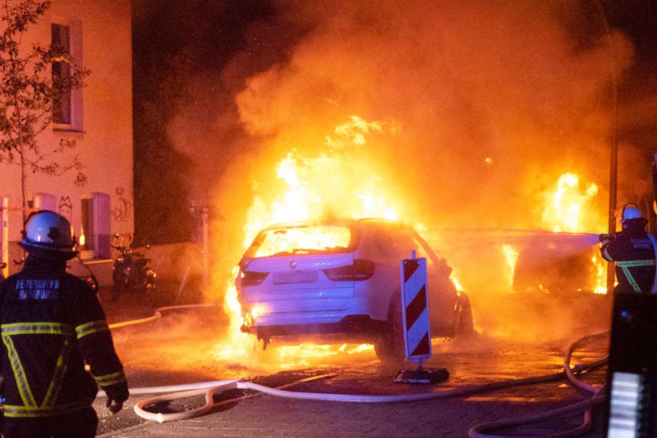 Die Feuerwehr löscht die brennenden Autos an der Rainvilleterrasse.