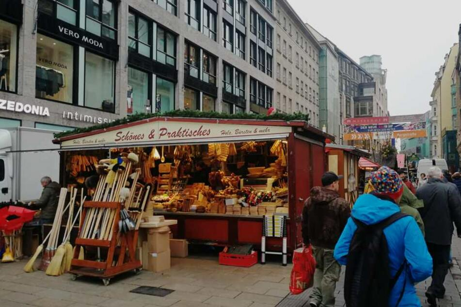 In der Douglas-Filiale in der Leipziger Petersstraße bedrohte der Mann eine Verkäuferin mit einer blutigen Spritze und verschwand mit drei teuren Parfüms.