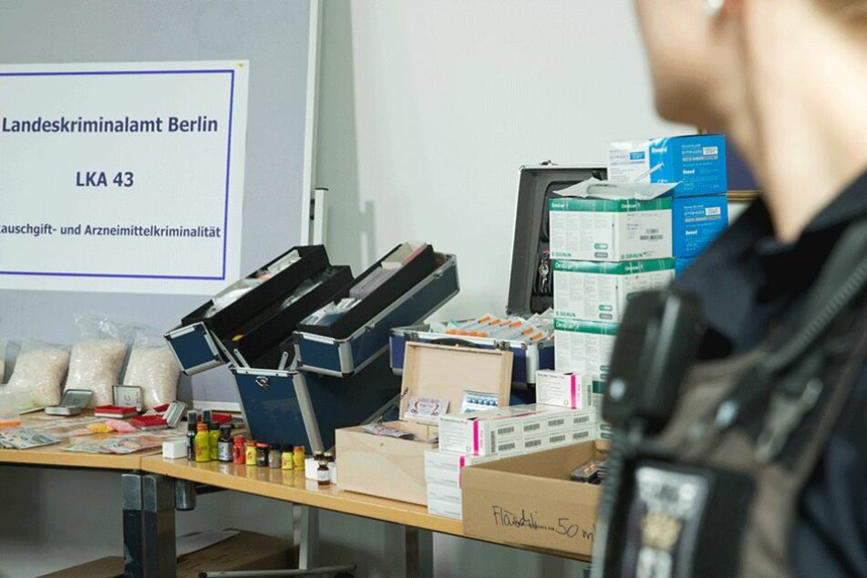 Das Landeskriminalamt Berlin bei der Präsentation von beschlagnahmten Drogen und Dealerutensilien (Archivbild).