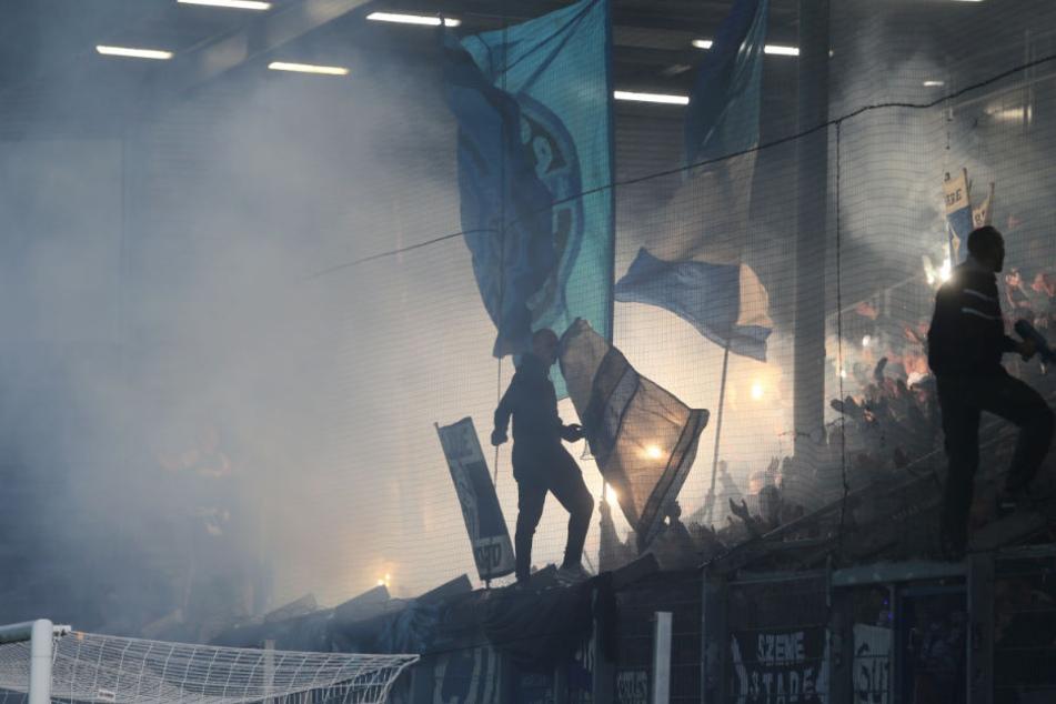 HSV-Fans haben Pyrotechnik gezündet. Wegen der durch den Rauch behinderten Sicht musste das Spiel kurzzeitig unterbrochen werden.