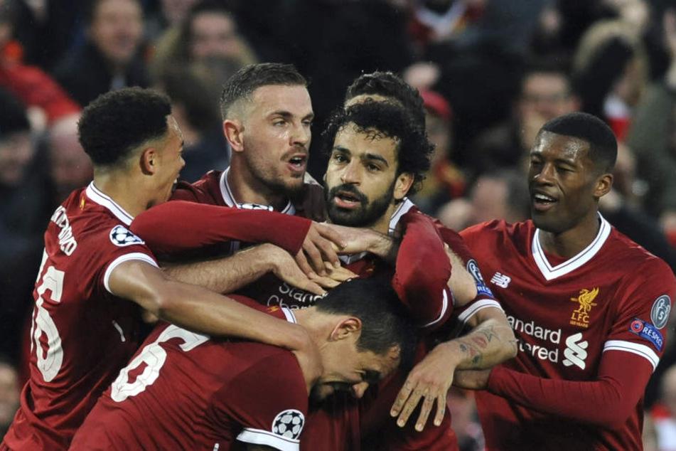 Mohamed Salah (M.) vom FC Liverpool jubelt mit seinen Teamkollegen über seinen Treffer zum 1:0.