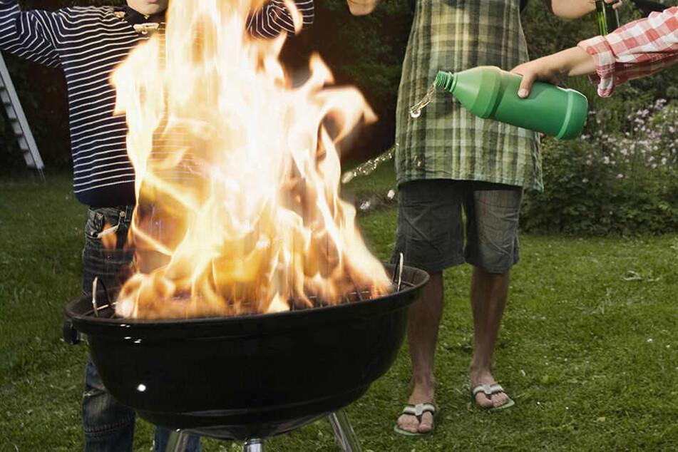 Die Kleidung des Achtjährigen fing Feuer. (Symbolbild)