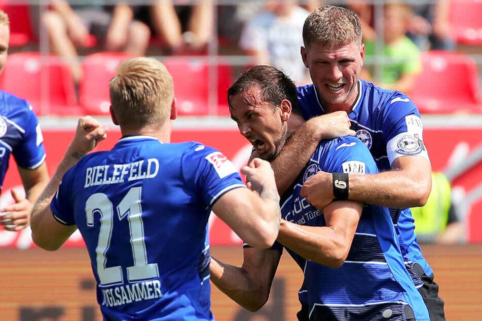 Arminen-Jubel: Manuel Prietl (M.) wird von Andreas Voglsammer (l.) und Fabian Klos zu seinem Treffer zum 2:1 beglückwünscht.