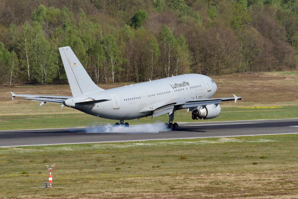 Ein Airbus A310 MedEvac der Luftwaffe mit Verletzten des Busunglücks auf Madeira landet auf dem Flughafen Köln-Bonn.