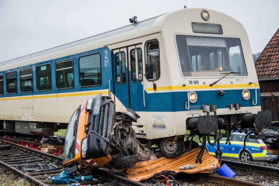 Der Zugführer und die Fahrgäste erlitten einen Schock und mussten betreut werden.