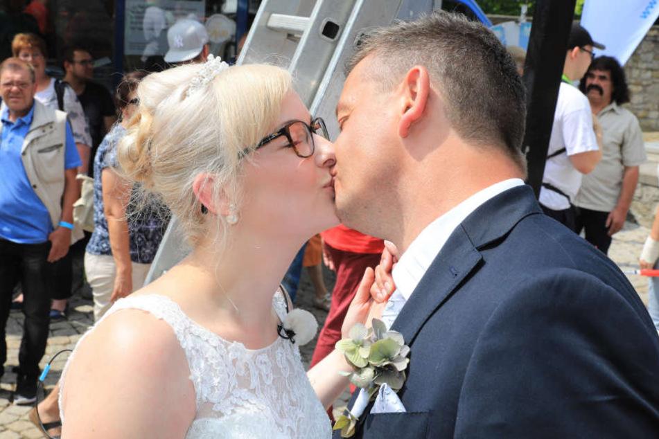Den ersten Kuss als frisch getrautes Ehepaar gab es dann wieder mit festem Boden unter den Füßen.