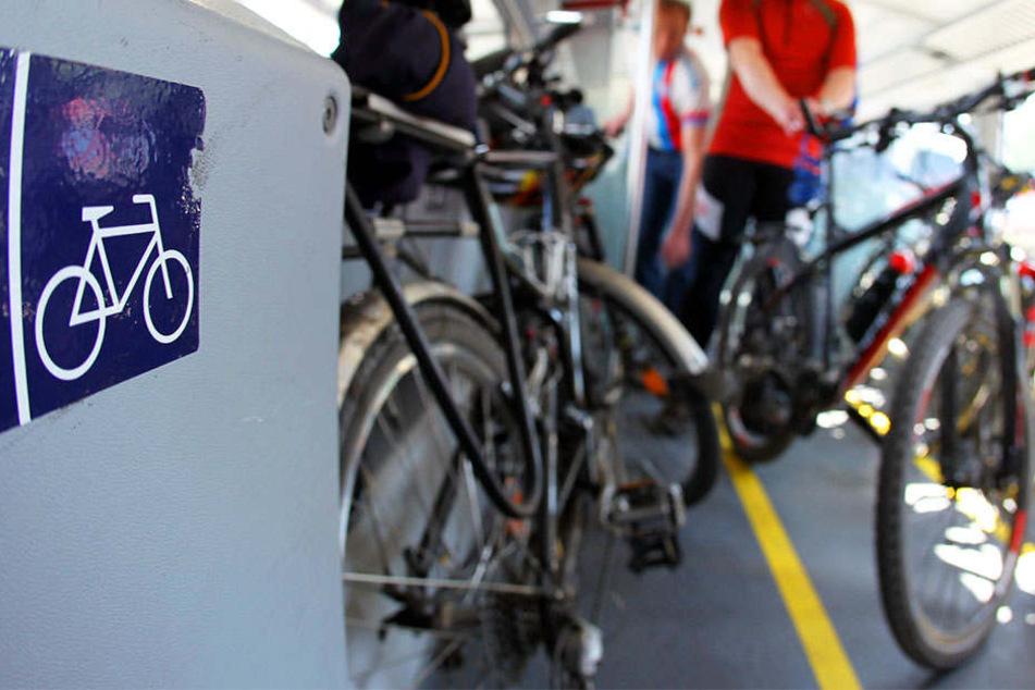 Bahn-Reisender rastet aus und wirft mit Fahrrad nach anderem Mann
