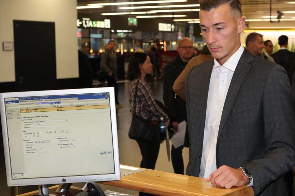 Dominik Wydra im feinen Zwirn beim Einchecken ins Team-Hotel. Er wird erst am 16. November in Aue zurück erwartet.