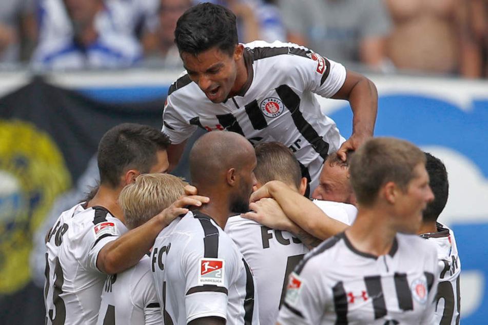 Die Spieler vom FC St. Pauli jubeln nach dem Tor zum 1:1.