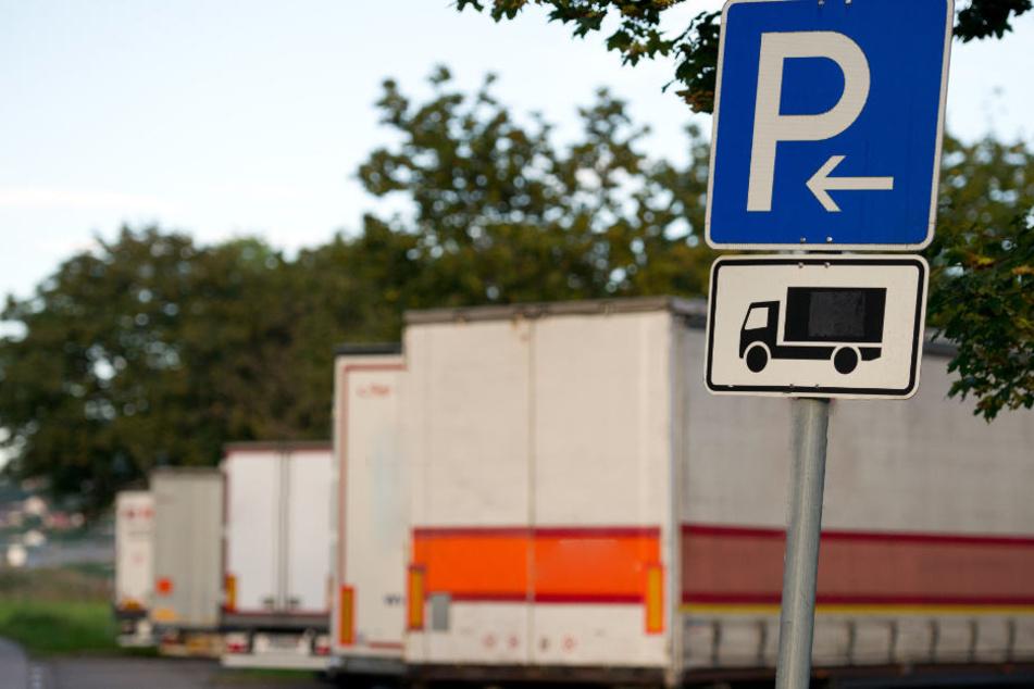 Der Fahrer eines Lastwagens erlebte an der B25 ein böses Erwachen. (Symbolbild)