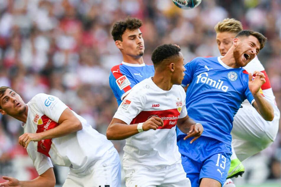Pascal Stenzel (l.n.r.) vom VfB Stuttgart, Janni Serra von Holstein Kiel, Roberto Massimo vom VfB Stuttgart, Salih Özcan von Holstein Kiel und der Stuttgarter Santiago Ascacibar in Aktion.