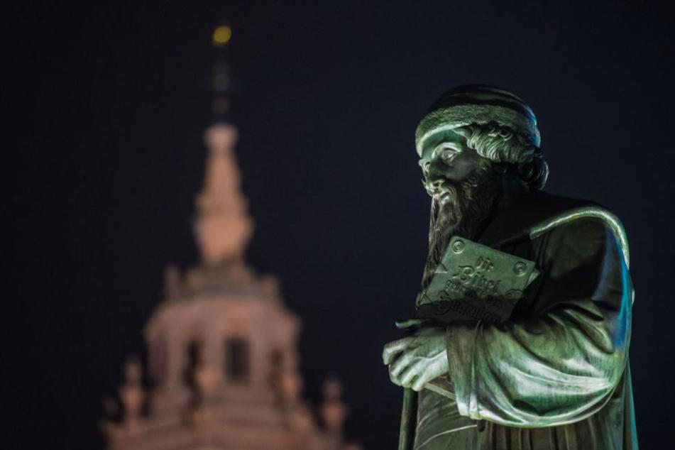 Gutenberg ist überall i Mainz: Hier eine Statue auf dem Gutenbergplatz.