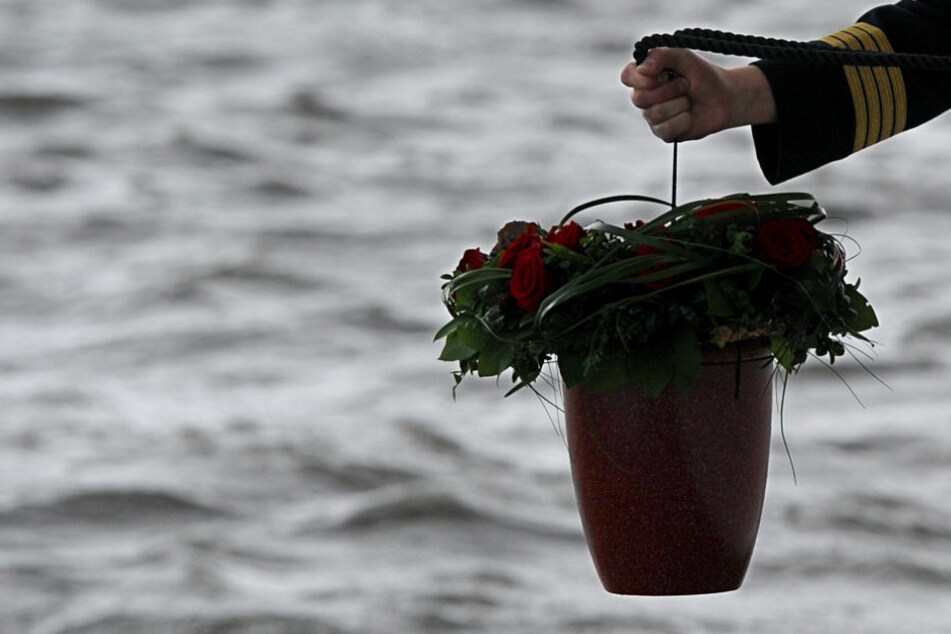 Ein Seebestatter lässt in Höhe der ostfriesischen Insel Wangerooge eine Urne aus Muschelkalk in die Nordsee hinab. (Symbolbild)