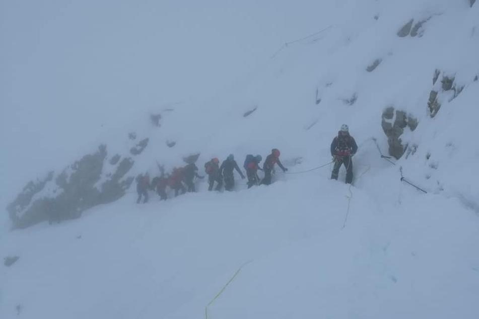 Mit dichten Schneegestöber rückte das Rettungsteam aus, um dem Paar zu helfen.