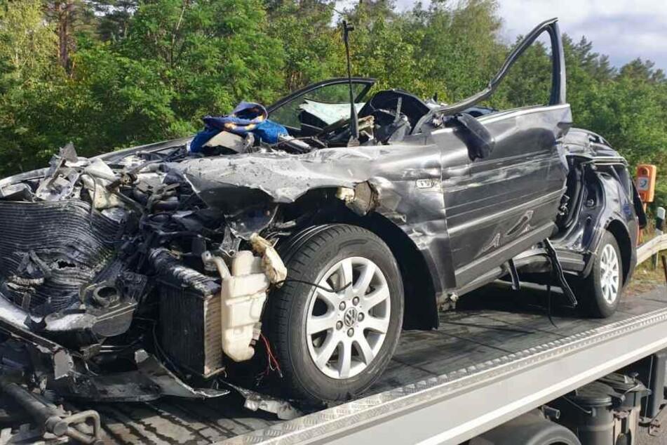 Ein Auto ist auf der A2 mit voller Wucht in einen Lkw gekracht.