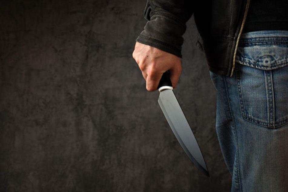 Plötzlich zückte der Syrer das Messer und verletzte den anderen Jugendlichen im Gesicht. (Symbolbild)