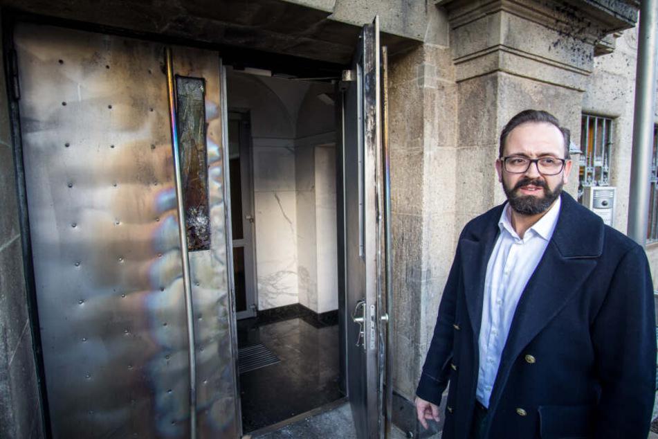 Nach dem Anschlag auf den 5. BGH-Senat, bei dem auch die Eingangstür mit Benzin übergossen und angezündet wurde, informierte sich Sachsens Justizminister Sebastian Gemkow (41,CDU) vor Ort über die Schäden.