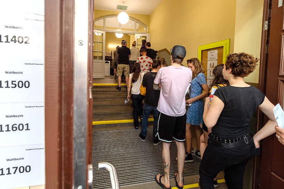 Zahlreich strömten die Menschen in die Wahllokale, so wie hier in der Dresdner Neustadt.