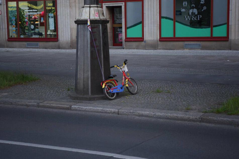 Das Fahrrad des Kindes steht am Straßenrand.