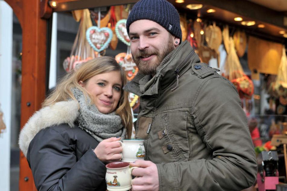 Sie flirten gerne auf dem Weihnachtsmarkt - am liebsten miteinander, sagen  Robin (25) und Janine (25).