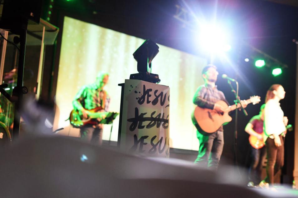 Eine Band spielt dabei auf einer Bühne. Freikirchen verzeichnen in Baden-Württemberg immer mehr Zulauf.