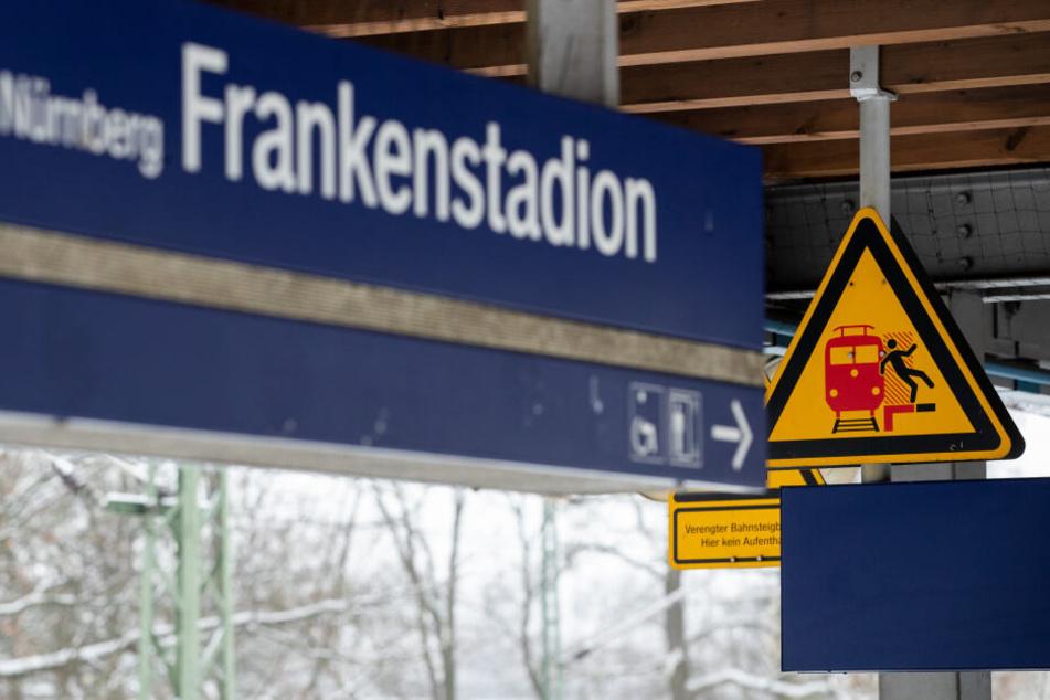 in Schild warnt am Bahnsteig am S-Bahnhof Frankenstadion vor der Gefahr, auf das Gleis zu fallen. Bei einem Streit in Nürnberg sind zwei Männer von einer S-Bahn überfahren und getötet worden