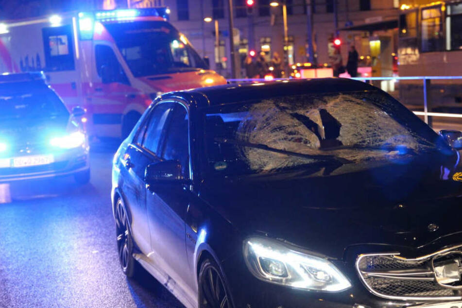 Am Dienstagabend wurde ein Passant von einem Mercedes der Luxusklasse erfasst.