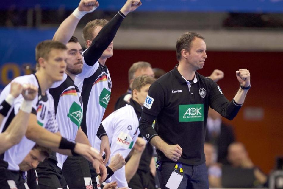 Trainer Dagur Sigurdsson (r.) und seine Jungs freuen sich über den so wichtigen Auftaktsieg gegen Ungarn.