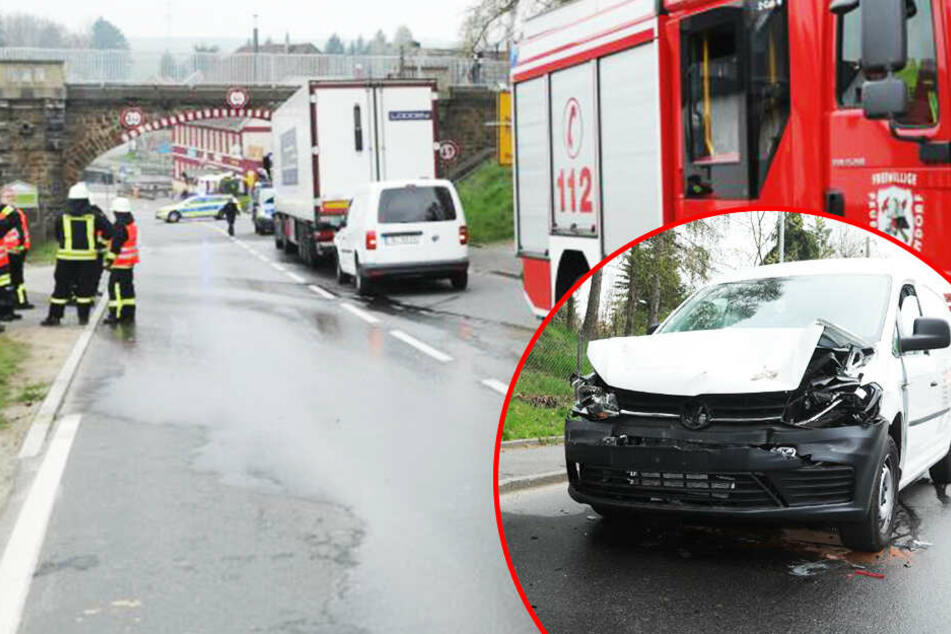 Bremsmanöver zu spät bemerkt: Transporter kracht in Laster!
