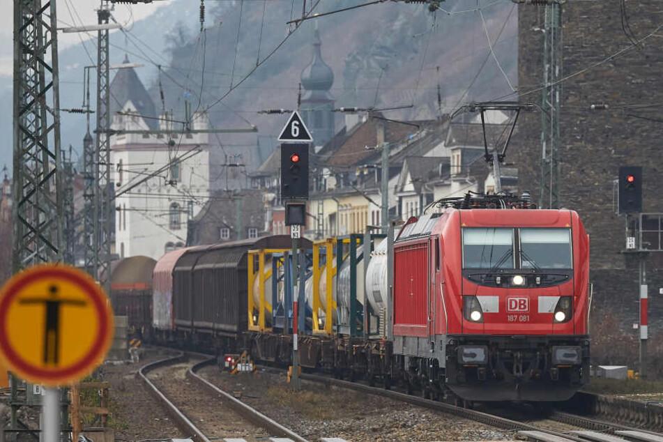 Der Beamte wurde von einem Güterzug erfasst (Symbolbild).